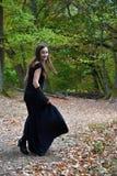 Seule adolescente n la forêt photos stock