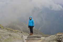Seule alpiniste de fille sur un chemin en bois photographie stock libre de droits
