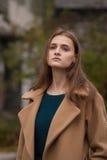 Seule belle fille dans un manteau d'automne images stock