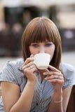 Seule femme buvant une cuvette de thé Photographie stock libre de droits