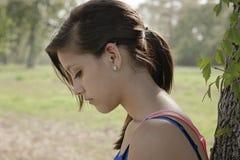 Seule fille pensant en parc Image libre de droits