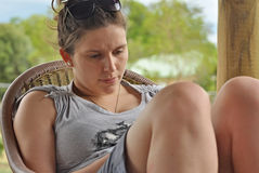 Seule jeune femme préoccupée chargée par renversement triste photos libres de droits