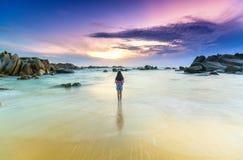 Seule jeune femme seul se tenant sur la plage Images libres de droits