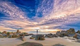 Seule jeune femme seul se tenant sur la plage Image libre de droits