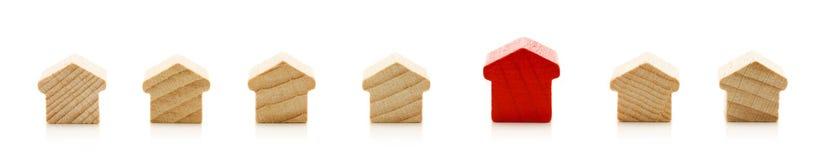 Seule maison dans la ligne des maisons en bois Photographie stock