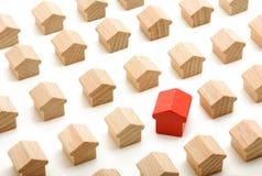 Seule maison dans le groupe de maisons en bois Photo stock