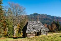 Seule maison en montagne d'automne photo stock