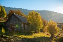 Seule maison en montagne d'automne photographie stock libre de droits