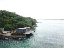 Seule maison et forêt d'île photo stock