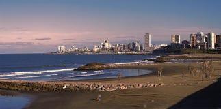 Seule marche le jour ensoleillé de plage Photo libre de droits