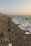 Seule marche sur la plage Image stock