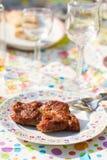 Seule partie de bifteck de BBQ sur la décoration de fête d'anniversaire Photo stock