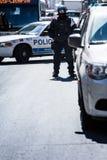 Seule police observant les protestataires sur la rue de Chambre-Catherine Photographie stock libre de droits