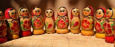 Seule poupée emboîtée russe (Matryoshka) dans le blanc, qui sont placés étroitement ensemble comme une famille Photo stock