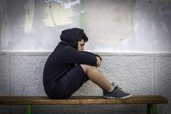 Seule séance triste de petit garçon à l'école images libres de droits
