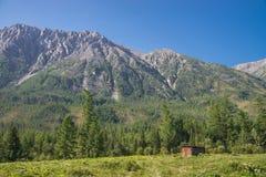 Seule vieille maison en bois en hautes montagnes Fermentez le paysage photographie stock libre de droits