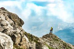 Seulement au grimpeur de sommet et au paysage avide Photos libres de droits