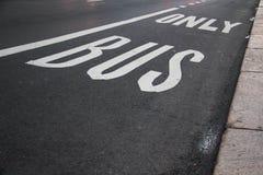 Seulement symbole d'autobus sur la route Images libres de droits