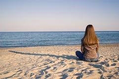 seuls jeunes de femme de bord de la mer Image stock