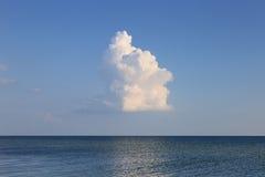Seuls nuages au-dessus de paysage marin Photographie stock libre de droits