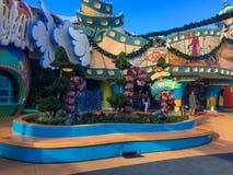Seuss land på universella studior under julsäsong arkivbilder