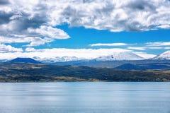 Sevan湖和白色云彩蓝天在一个晴天,亚美尼亚 免版税库存图片