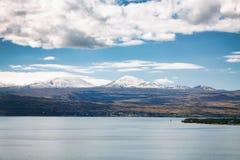 Sevan湖和白色云彩蓝天在一个晴天,亚美尼亚 库存照片