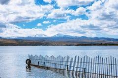 Sevan湖和白色云彩蓝天在一个晴天,亚美尼亚 免版税图库摄影