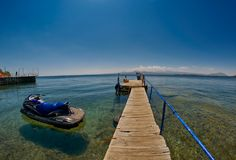 SEVAN湖,亚美尼亚- 2017年8月02日:在透明的木码头 库存照片