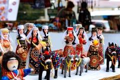 Sevan, Армения - 25-ое сентября 2016: Армянский старый сувенир куклы сделанный от ткани ткани в национальных костюмах продал в ры Стоковые Фото