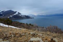 Sevan -最大的湖冬天风景在亚美尼亚和高加索 免版税库存图片