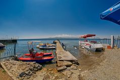 SEVAN jezioro, ARMENIA - 02 2017 SIERPIEŃ: Plaża i Watersports przy M Fotografia Stock