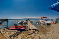 SEVAN-SJÖ, ARMENIEN - 02 AUGUSTI 2017: Strand och Watersports på M Arkivbild