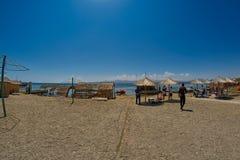 SEVAN-SJÖ, ARMENIEN - 02 AUGUSTI 2017: Strand och Watersports på M Royaltyfria Bilder