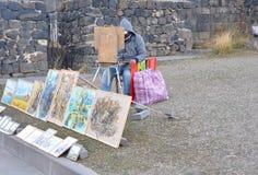 SEVANAVANK,亚美尼亚- 2016年10月14日:艺术家画绘画在修道院的墙壁 库存照片