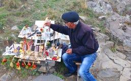 SEVANAVANK, ARMENIA - 14 OTTOBRE 2016: Il venditore dei ricordi immagine stock