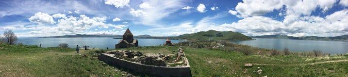 Sevanavanq i panorama- Armenien Arkivfoton