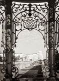Sevastianov的豪宅通过美丽的被雕刻的锻铁酒吧, Ekaterinburg的看法 免版税库存图片