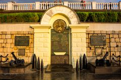 SEVASTOPOL, CRIMEIA - EM SETEMBRO DE 2014: Monumento aos navios do esquadrão na terraplenagem do bulevar de Primorsky fotos de stock