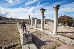 SEVASTOPOL KRIM - OKTOBER, 07 2017: Pojke som spelar i Chersonese Taurian arkivfoton