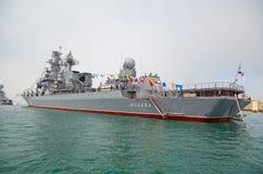 SEVASTOPOL, UCRÂNIA -- 12 DE MAIO: Um navio de guerra moderno 'Moscou' no Imagens de Stock Royalty Free