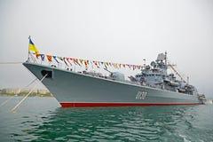 SEVASTOPOL, UCRÂNIA -- 12 DE MAIO: Um navio de guerra moderno na parada de Fotos de Stock Royalty Free