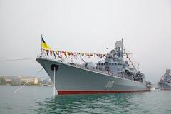 SEVASTOPOL, UCRÂNIA -- 12 DE MAIO: Um navio de guerra moderno na parada de Foto de Stock Royalty Free