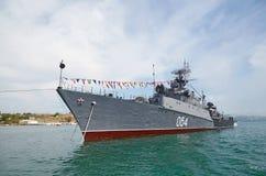 SEVASTOPOL, UCRÂNIA -- MAIO DE 2013: Um navio de guerra moderno na parada Imagens de Stock