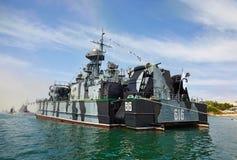 SEVASTOPOL, UCRÂNIA -- MAIO DE 2013: Um navio de guerra moderno na parada Foto de Stock