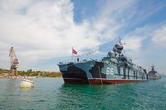SEVASTOPOL, UCRÂNIA -- MAIO DE 2013: Um navio de guerra moderno na parada Fotografia de Stock