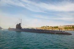 SEVASTOPOL, UCRANIA -- MAYO DE 2013: Un submarino moderno en los para Fotografía de archivo