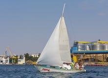 Sevastopol Ukraina - September 02, 2011: Turister på ett vatten turnerar på en yacht Royaltyfri Foto