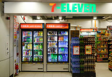Seven Eleven lagrar i Hong Kong Arkivfoton