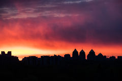 From seventh to hot heaven. Colorful fiery sky at sundown with cirrus clouds above city skyline Royalty Free Stock Photos